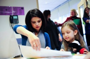 Selena-Dallas-Children-s-Medical-Center-Christmas-Parade-selena-gomez-9529809-604-402