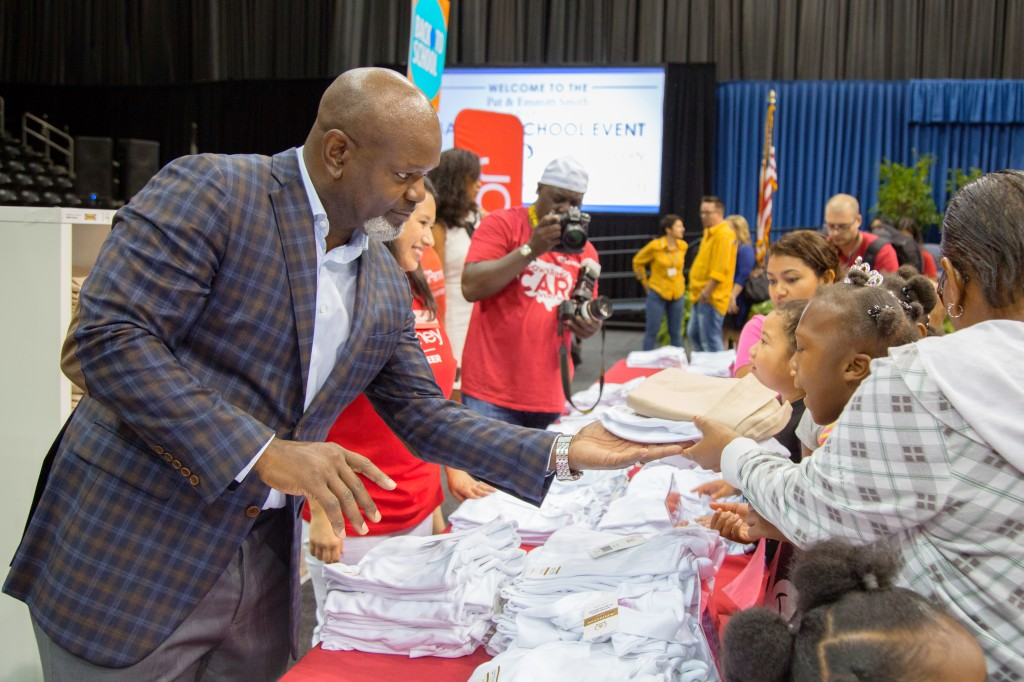 Emmitt Smith helps Dallas ISD students shop for new school uniforms